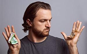 Hintergrundbilder Mann Finger Geld Banknoten Uhr Taschenuhr Grauer Hintergrund Hand Barthaar