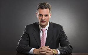 Fotos Mann Grauer Hintergrund Starren Krawatte Hand Anzug
