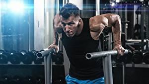 Fotos Mann Fitnessstudio Körperliche Aktivität Hand sportliches