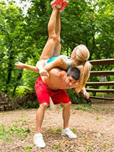Fotos Mann Gymnastik 2 Blond Mädchen Trainieren Mädchens