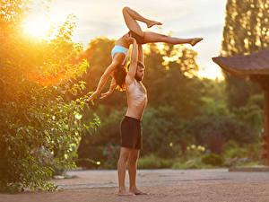 Fotos Mann Gymnastik Zwei Braune Haare Bein Trainieren Hand Mädchens