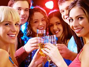 Hintergrundbilder Mann Feiertage Blondine Braune Haare Blick Lächeln Hand Weinglas Mädchens