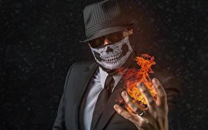 Fotos Mann Maske Flamme Der Hut Anzug Krawatte Hand