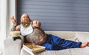 Bilder Mann Pizza Couch Sitzt Dick Bauch Tätowierung Bärtiger