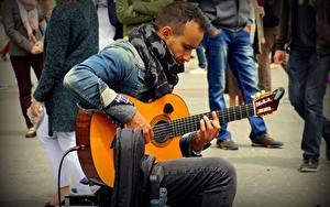 Bilder Mann Sitzend Gitarre Jacke