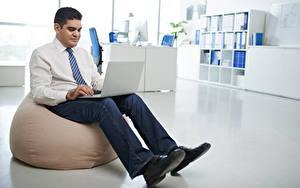 Hintergrundbilder Mann Sitzend Notebook Jeans