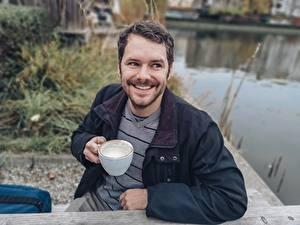 Bilder Mann Sitzen Lächeln Jacke Bärtige Tasse