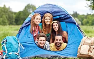 Fotos Mann Touristik Reisender Zelt Rucksack Starren Lächeln junge Frauen