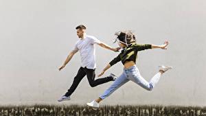 Hintergrundbilder Mann 2 Sprung Hand Braune Haare Jeans junge frau
