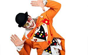 Fotos Mann Weißer hintergrund Clowns Der Hut Hand Uniform Schminke