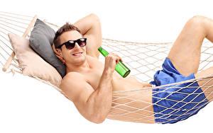Hintergrundbilder Mann Weißer hintergrund Hängematte Brille Flaschen Starren Ruhen