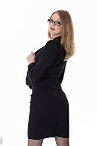 Fotos Merry Pie Virtuagirlhd Weißer hintergrund Dunkelbraun Starren Brille Anzug junge frau