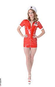 Bilder Merry Pie iStripper Weißer hintergrund Krankenschwester Uniform Posiert Latex Lächeln Hand Bein junge frau