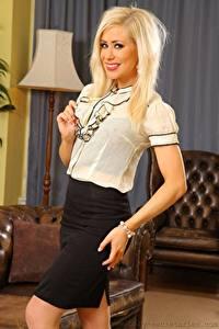 Fotos Mia A Valentine Blondine Starren Lächeln Rock Hand Mädchens