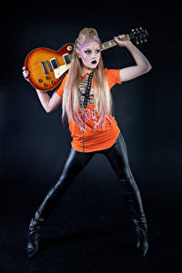 Desktop hintergrundbilder Blondine Pose Gitarre Make Up Mia Mädchens