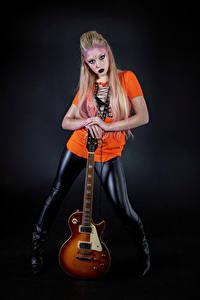 Hintergrundbilder Blond Mädchen Posiert Make Up Gitarre Blick Mia