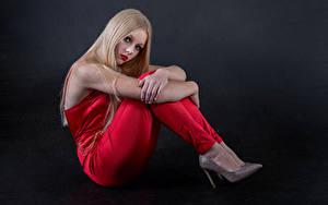 Fotos Blondine Posiert Sitzt Starren Mia junge frau