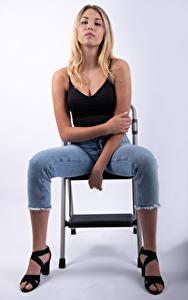 Desktop hintergrundbilder Mia Chagnon Blondine Posiert Sitzen Jeans Unterhemd Hand Blick junge Frauen