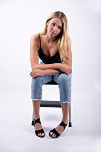 Hintergrundbilder Mia Chagnon Blond Mädchen Sitzt Jeans Unterhemd Blick junge frau