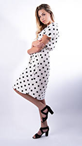 Desktop hintergrundbilder Mia Chagnon Pose Kleid Blond Mädchen Junge Frauen Mädchens