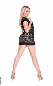 Bilder Mia Malkova iStripper Weißer hintergrund Blond Mädchen Starren Hand Kleid Bein Stöckelschuh