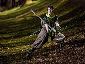Fotos Mikhail Davydov photographer Overwatch Posiert Schwert Starren Cosplay Genj junge Frauen Spiele Fantasy