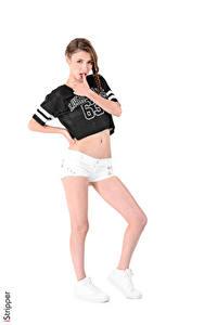 Hintergrundbilder Mila Azul iStripper Weißer hintergrund Braunhaarige Posiert T-Shirt Hand Shorts Bein Turnschuh junge frau