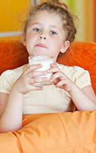 Hintergrundbilder Milch Kleine Mädchen Trinkglas