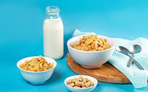 Fotos Milch Müsli Nussfrüchte Farbigen hintergrund Flaschen Löffel Lebensmittel
