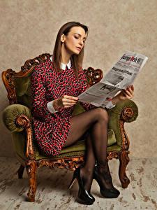 Bilder Model Sessel Sitzt Liest Zeitungen Kleid Bein High Heels junge frau