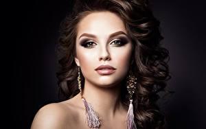 Bureaubladachtergronden Model Prachtige Kapsel Make up Kijkt Oorbellen Jonge_vrouwen