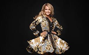 Bilder Model Schön Pose Hand Kleid Make Up Lächeln Schwarzer Hintergrund