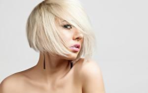 Hintergrundbilder Model Blond Mädchen Frisuren Make Up Blick Grauer Hintergrund Mädchens