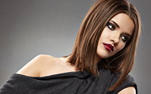 Hintergrundbilder Model Braunhaarige Hübsche Schminke Grauer Hintergrund Rote Lippen Frisur