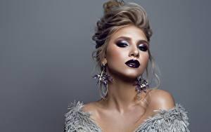 Fotos Model Make Up Frisuren Ohrring Starren Grauer Hintergrund junge frau