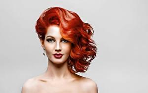 Fotos Model Rotschopf Schöne Schminke Starren Frisuren Grauer Hintergrund junge frau