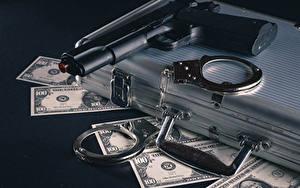 Fotos Geld Geldscheine Dollars Pistole Koffer Handschellen