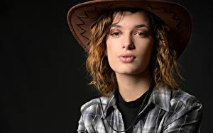 Fotos Schwarzer Hintergrund Der Hut Hemd Starren Morgane junge frau