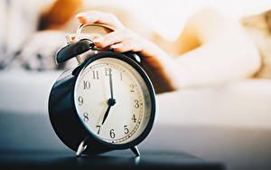 Bakgrundsbilder på skrivbordet Morgon Klocka Urtavla Väckarur Närbild Hand Suddig bakgrund 7:00