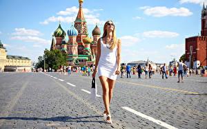 Hintergrundbilder Moskau Russland Handtasche Blond Mädchen Platz Spaziergang Kleid Brille Hand Bein Red Square junge frau