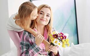 Bilder Mutter Sträuße Zwei Kleine Mädchen Blond Mädchen Hand Kinder Mädchens