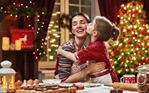 Bilder Mutter Neujahr Lächeln Glücklich Kleine Mädchen junge frau Kinder