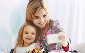 Hintergrundbilder Mutter Kleine Mädchen Lächeln Blond Mädchen Selfie Mädchens