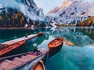 Hintergrundbilder Gebirge Italien See Boot Schiffsanleger Spiegelung Spiegelbild Lago di Braies, Dolomites