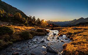Bilder Gebirge Flusse Steine Morgendämmerung und Sonnenuntergang Herbst Andorra Sorteny, Pyrenees Natur