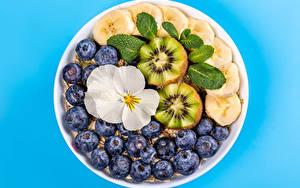Bilder Müsli Heidelbeeren Bananen Kiwi Farbigen hintergrund das Essen