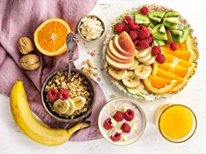 Hintergrundbilder Müsli Saft Obst Schalenobst Himbeeren Bananen Orange Frucht Frühstück Trinkglas Lebensmittel