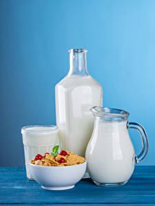 Fotos Müsli Milch Farbigen hintergrund Kanne Flasche Trinkglas Lebensmittel