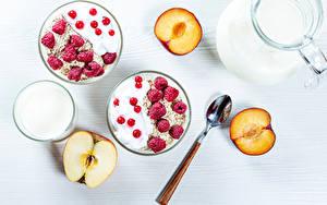 Desktop hintergrundbilder Müsli Himbeeren Äpfel Pflaume Ribisel Milch Weißer hintergrund Frühstück Löffel das Essen