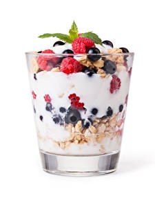 Hintergrundbilder Müsli Joghurt Beere Himbeeren Dessert Weißer hintergrund Trinkglas Lebensmittel